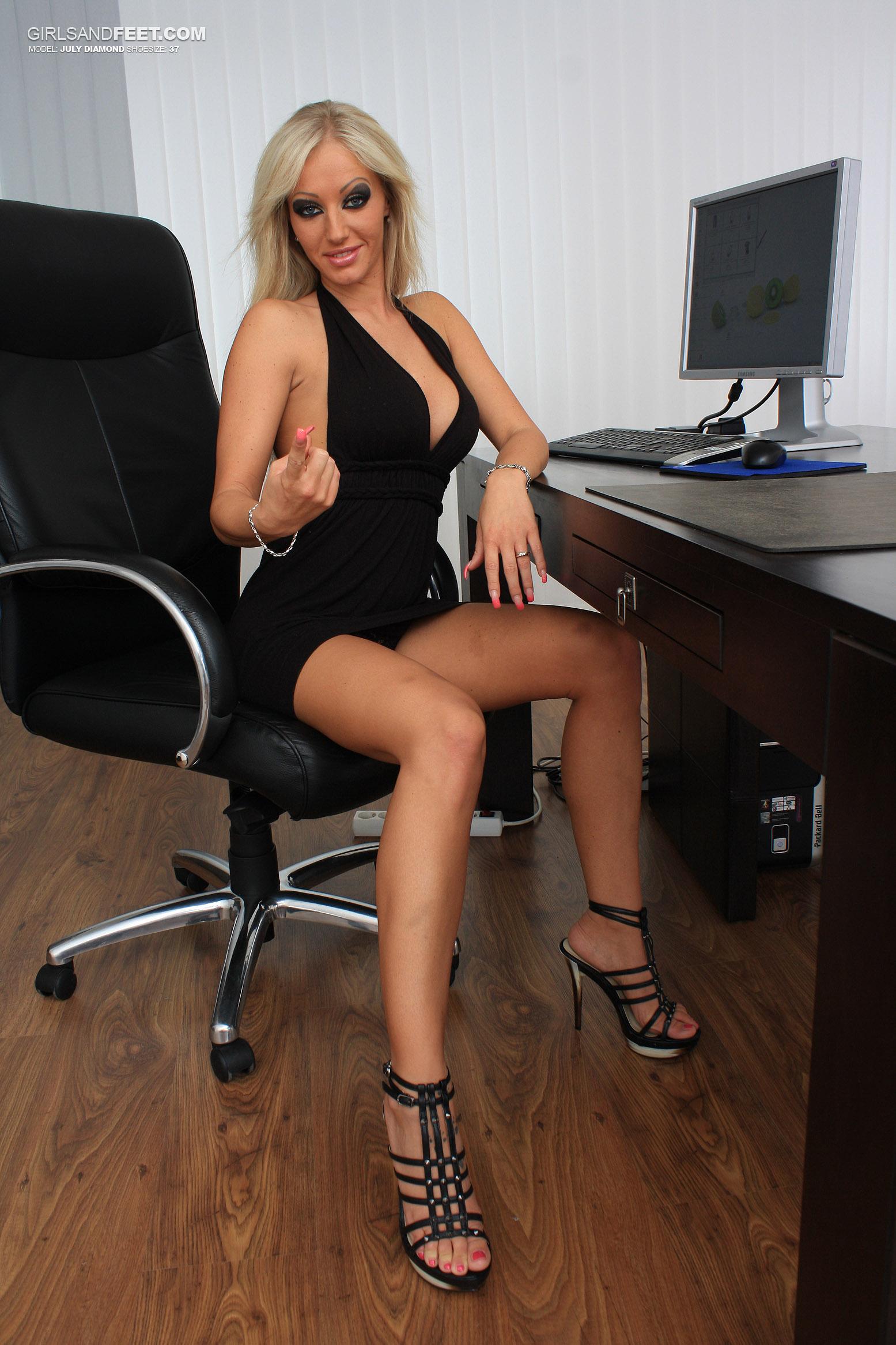 Футфетиш в офисе 14 фотография